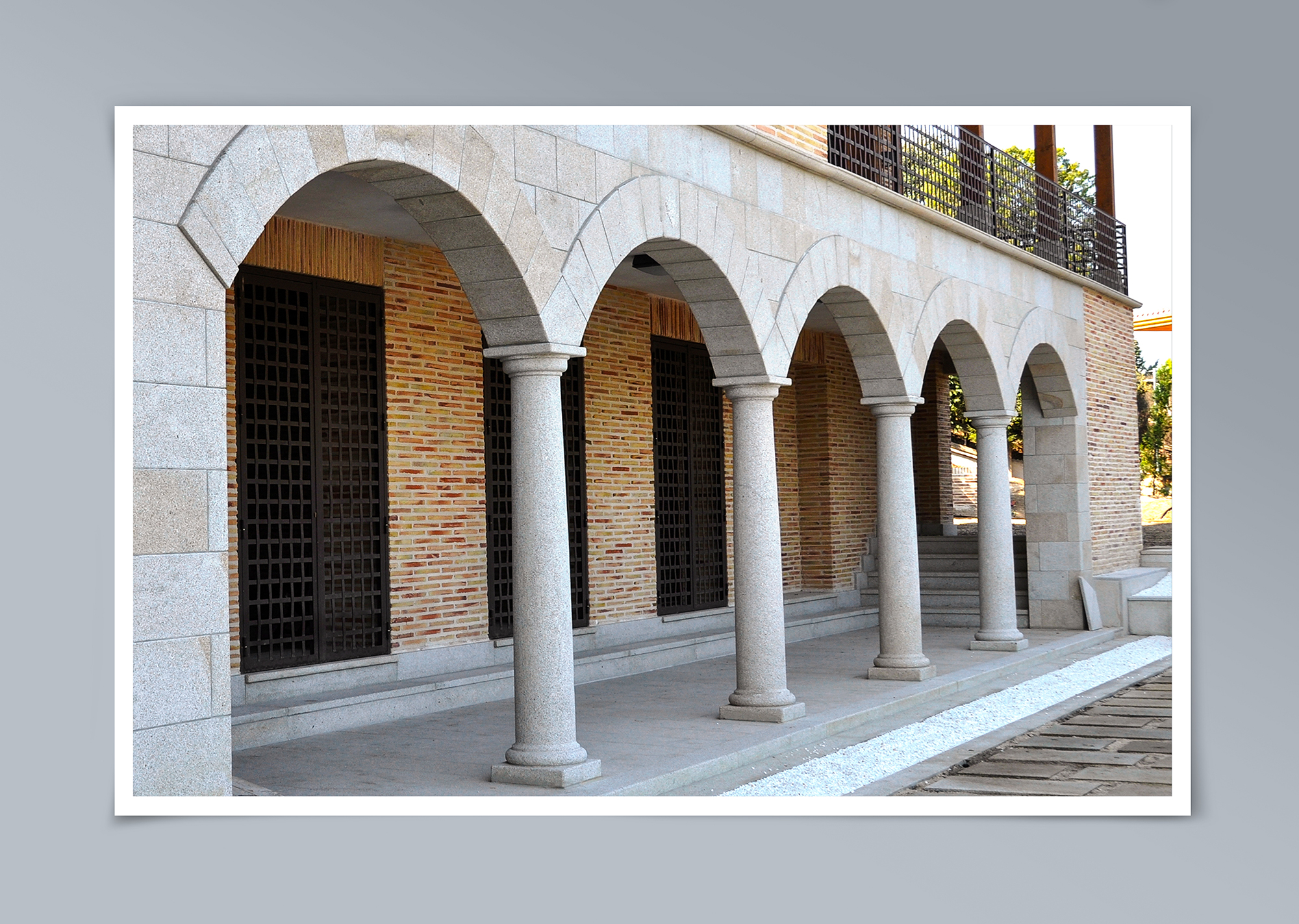 Columnas y arcos en porche