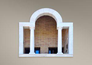 Terraza con arco y columnas