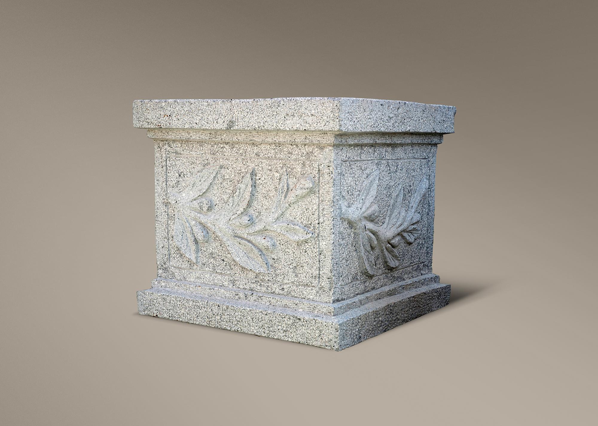 Jardinera con ornamentaci n elaborada en piedra natural y for Granito en piedra