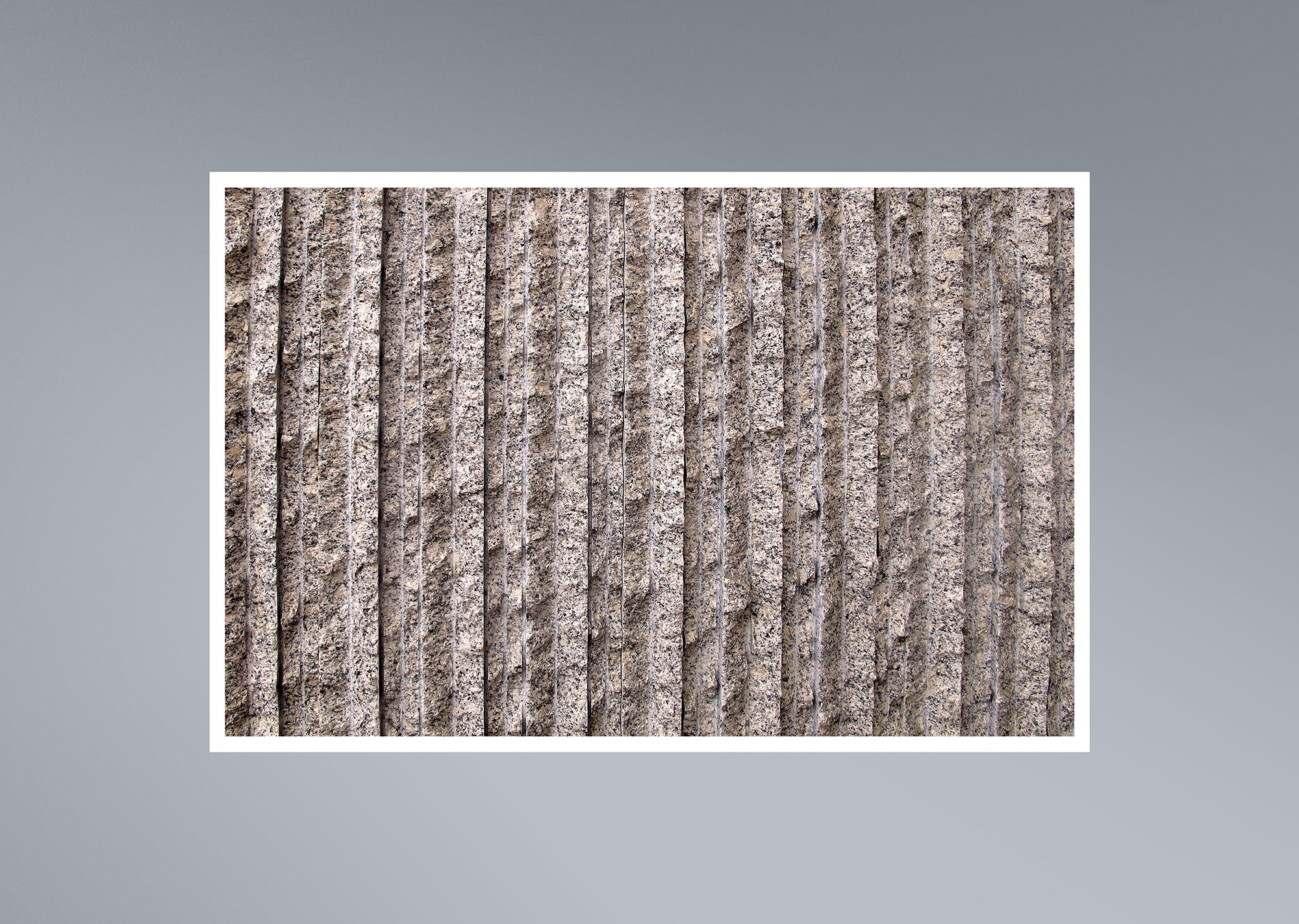 Detalle de acabado rústico de granito