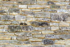 Muro de piedra lajada rejuntada